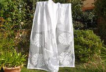 Indische Decken und Wandbehänge / Unsere Wandbehänge zeigen die Kunstfertigkeit indischer Frauenhände. Tagesdecken können ja so vielseitig sein: Vorhang, Wandschmuck, Fensterverkleidung, Tischdecke, Bettüberwurf...; der Phantasie sind wohl keine Grenzen gesetzt...
