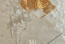 Broderie japoneză / Cea mai veche pânză brodată cunoscută vine din Egipt După aceea, se aplică ornamente cusute pe toate tipurile de țesături cu fiul colorat. În Japonia, se folosește firul de mătase  , a căror ornamente cele mai comune au fost întotdeauna flori, păsări și modele abstracte. Rețineți , de asemenea că broderie japoneză adorning chimono pentru femeie a cunoscut o creștere deosebită în XVII - lea și al XVIII - lea  secole.