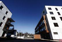 BETAFENCE: Panele Nylofor 2D Super na warszawskim osiedlu / Osiedle mieszkaniowe w Warszawie zostało zabezpieczone trwałym ogrodzeniem panelowym Nylofor 2D Super o podwójnych prętach poziomych. Wjazdu strzegą skrzydłowe i przesuwne bramy Robusta.