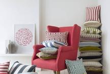 Cojines con estilo / A veces el secreto de un bonito sofá se esconde también en sus complementos... Y lo mejor de todo es que puedes cambiarlos y dar un aire nuevo a tu salón sin necesidad de cambiarte de sofá!. Aquí te dejamos algunas ideas inspiradoras para combinar los cojines!