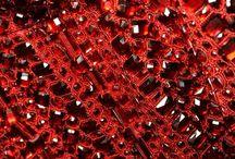 Piedra Rubí: Magia Peligrosa / El rubí tiene diferentes tonalidades rojas y es una piedra de experiencia que ayuda con las fuerzas energéticas. Encuentra más información sobre esta piedra en: https://tendenciasjoyeria.com/piedra-rubi/