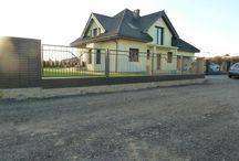 Projekt domu Julka 3 / Projekt domu Julka 3 to wersja wariantowa projektu Julka. Budynek o podobnym, jak w wersji podstawowej układzie wnętrz na parterze i poddaszu, ale przekryty dwuspadowymi dachami. Dzięki temu dom będzie można lokalizować na działkach, gdzie przepisy wymagają stosowania dwuspadowych dachów, a zabraniają domów z dachami wielospadowymi.