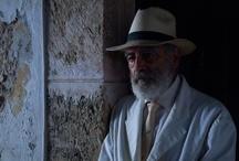 """Erindring Om Mine Bedrøvelige Ludere / """"Erindring om mine bedrøvelige ludere"""" er filmatiseringen af Gabrial Garcia Márquez berømte roman, og handler om en snart 90-årig journalist og enspænder, der efter et langt liv med et kæmpe forbrug af prostituerede aldrig har følt kærlighed – kun lyst. For at fejre sin fødselsdag på behørig vis beslutter han som så mange gange før at besøge en prostitueret, men denne gang skal hun være jomfru. Han oplever for første gang et kærlighedsforhold."""