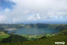 Azzorre /  Le Azzorre sono un arcipelago di origine vulcanica situato nell'Oceano Atlantico, formato da nove isole principali e da numerosi isolotti. Il particolare clima e i fertili terreni vulcanici fanno si che queste isole siano ricoperte da una rigogliosa e ricca vegetazione; numerosi anche i fenomeni vulcanici come solfatare, fumarole e sorgenti di acqua bollente.