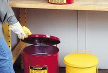 Pojemniki zabezpieczające / Pojemniki zabezpieczające całkowicie spełniają wymogi stosownych przepisów bezpieczeństwa. Wyposażone są w skuteczną, trwałą i odporną na korozję pułapkę przeciwogniową wykonaną ze stali nierdzewnej, zapobiegającą zapłonowi zawartości pojemnika i zapewniającą dużą przepustowość dla płynów.