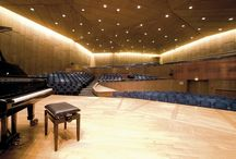 Mozart-Saal / Mozart-Saal  Auf 752 Plätzen bietet der Mozart-Saal optimale Sicht und exzellente Akustik. Ansteigende Estraden setzen Besucher und Akteure bestens in Szene. Die kristalline, fünfeckige Form dieses edlen Saals sorgt bei Konzerten für unvergessliche Klangerlebnisse.