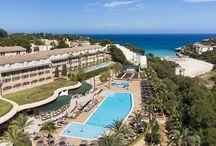 """Insotel Cala Mandia Resort & Spa **** / Situado junto a una tranquila playa de aguas turquesas, en la bahía de Cala Mandía. A 4 Km. de la población de Porto Cristo. A 64 Km. del aeropuerto. Tiendas, restaurantes y parada de autobús cerca del hotel. Acreditado con la """"Q"""" de calidad del Instituto para la Calidad Turística Española y certificado por la Normas ISO 9001, ISO 14001 de Gestión Ambiental. Las áreas A, B, C y D están separadas por una vía pública."""