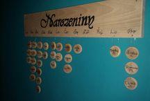 Dřevěný kalendář / Nabízím za polovinu ceny, za kterou se prodává, ručně dělaný dřevěný kalendář. Cena 750Kč s 50 ks prazdných koleček. Za popsaní koleček se cena zvedá na 800Kč.