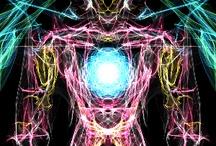 Angel Iron / Rappresenta l'essere umano inteso come spirito libero, la voglia di volare da secoli pervade l'intelletto umano, immaginando un nuovo modo di vedere la libertà attraverso le grandi ali di cui è dotato. Il suo corpo è un ammasso di ferro, che non gli permette di spiccare il volo, come l'impossibilità di provare le emozioni che vorrebbe perchè si circonda di pregiudizi e falsi miti, che lo tengono incollato sulla superficie terrena. Il grande spirito non gli permette di comunicare con altri angeli