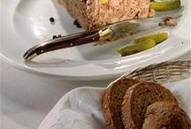 Французский обед / Главное во французской стряпне - это не рецепты, а разговоры вокруг рецептов. Нет ничего удивительного в том, как приготовить свиной паштет или луковый суп, но есть целая жизнь, состоящая из драматических диалогов и монологов, которые приготовление паштета и лукового супа порождают.