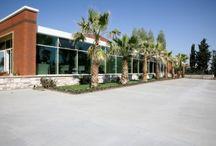 Doğa Okulları Güzelce Kampüsü / Doğa Okulları'nın modern eğitim teknolojileri ve özgün eğitim modelleri ile 2012-2013 eğitim yılında açılan kampüs, Doğa'nın ayrıcalıklı eğitimini Güzelce'yle tanıştırıyor. Dijital kütüphanesi, 59 teknolojik sınıfı, 345 kişilik konferans salonu ve balo salonuyla Güzelce Doğa gerçek bir eğitim kampüsü.