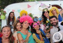 Caravana Fotomaton y Photocall / Nuestra Caravana del Amor para bodas al aire libre, con sus diversos usos: fotomatón en el interior, photocall en el exterior, barra de mojitos, recena de crepes.