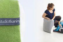 Poduszki H / Dwa zszyte ze sobą identyczne formaty tkaniny w kontrastowych kolorach rzucają wyzwanie zwyczajnej poduszce. Dwuwymiarowe użycie tkaniny podkreśla przestrzenny kształt siedziska.  Projekt: Studio Tkaniny - Anna Trafas–Kowalczyk i Justyna Bagińska–Stosik, poduszki H, 2013, do kupienia na nowymodel.org