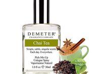 Perfume / Demeter – это очень популярный в США бренд монопарфюмерии, который теперь появился в России. Создателей этих оригинальных ароматов вдохновляют вещи, которые окружают нас повсеместно: шоколадное печенье, дождь, свежескошенная трава, земля или даже детская присыпка.