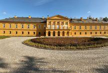 """Koszęcin - Pałac / Pałac zbudowany został w roku 1609, gdy miejscowość należała do rodu Kochcickich. W XVII wieku przebywał na nim prawdopodobnie kilkakrotnie król Jan III Sobieski. W latach 1829-1830 rozbudowany został do obecnej formy przez właściciela Koszęcina, księcia Adolfa zu Hohenlohe-Ingelfingen. Po II wojnie światowej obiekt zaadaptowano na potrzeby szpitala psychiatrycznego. Od 1953 r. siedziba Zespołu Pieśni i Tańca """"Śląsk""""."""