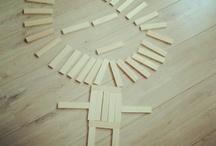 Kapla / Kapla un gran clásico, un material de alta calidad y de infinitas posibilidades constructivas. Son piezas rectangulares de madera de pino, pulidas y ligeras, que se apilan y se combinan para crear composiciones y figuras. Kapla es un  juego para el desarrollo de la habilidad, el equilibrio, la concentración, la equivalencia, la compensación de pesos y la simetría. Ideal para niños y niñas a partir de 7 u 8 años.