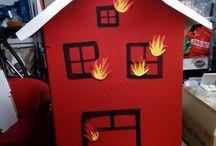 Feuerwehr Party / das Haus aus Pappe wurde mit normaler Wand-Farbe angestrichen. Die selbstgebastelten Flammen sind aufgeklebt. die Kinder mussten mit kleinen Wasserbomben das Feuer löschen.   Es hat allen - auch den Erwachsenen- einen riesen Spaß gemacht.