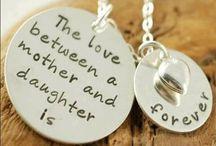 """MOTHER COLLIER / Wilt u aan uw moeder laten zien hoeveel u van haar houdt? Of wilt u laten zien hoe trots u bent op uw dochter? Mignon Juwelier & Stijl in Trend heeft het mooiste cadeau beschikbaar. Verras uw moeder of uw dochter met een handgemaakt, zilveren collier met twee hangers waarin de tekst """"The love between a mother and a daughter is forever"""" staat."""