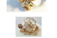 ECONOMICI BIJOUX / Bijoux con la pietra rosa, montati in metalli argentati, dorati e ramati.