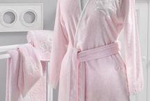 PANDORA - dámské župany, ručníky a osušky s decentní výšivkou / Kolekce ze 100% česané bavlny zahrnující luxusní ručníky či župany v jemně růžové barvě.