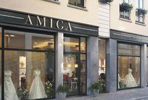 Pronovias / Amiga Premium Dealer Store Pronovias  Pronovias is één van de meest toonaangevende collecties in de bruidsmodewereld. Het is een Spaans bruidsmode merk dat bekend staat om zijn veelzijdig, elegant en teder karakter.