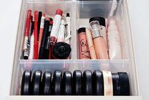 Maquiagem Organização / Mulheres adoram maquiagem, mas nem sempre elas ficam organizadas de forma correta e isso atrapalha na hora de visualizar o que possuem. Segue algumas dicas para facilitar o seu dia a dia e deixar sua vida mais prática evitando perda de tempo procurando o que deseja.