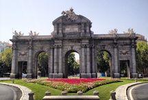 Puerta de Alcalá / Es una de las cinco antiguas puertas reales que daban acceso a la ciudad de Madrid. Se construyó en el año 1778 y tiene la peculiaridad de ser el primer arco de triunfo construido en Europa tras la caída del Imperio romano, siendo precursora de otros como el Arco de Triunfo de París y la Puerta de Brandeburgo en Berlín.