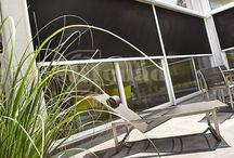 Fixscreen - kültéri textil árnyékoló / A FIXSCREEN® a világon az 1. igazán szélálló kültéri textilárnyékoló, melyet a belga vállalat, a RENSON fejlesztett ki. A textil széleihez rögzített zipzár alkalmazásával biztosítja a kiemelkedő szélállóságot, véd a rovarok ellen.Lehetővé teszi a védekezést a nap hője, szikrázó fénye ellen, miközben nem akadályozza a kilátást. Családi otthonok, középületek számára kiváló megoldás. Szélteszt itt: https://www.youtube.com/watch?v=hK4s28Z4aMU