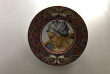 Ceramica / Lustri e riflesso: Italian Majolica of Gualdo Tadino gold and rubine luster Charger with Sibilla Cumana scene