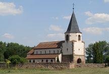 Avolsheim / Découvrez Avolsheim, au bord du canal de la Bruche, entre vignobles et champs. Sur place, visitez l'église du Dompeter, l'une des plus anciennes églises d'Alsace qui se trouve au milieu des champs à côté du village. A voir également, La chapelle Saint-Ulrich et l'église Saint-Materne au centre du village.