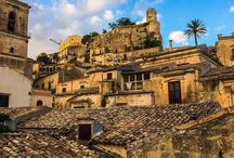 Ospitalità / Vieni a conoscere l'ospitalità siciliana attraverso il soggiorno nelle strutture che collaborano con Fair Sud.  In un antico casale, nei B&B del centro storico di Modica, nei palazzi nobiliari di Caltanissetta, è qui che puoi scoprire l'eleganza e l'accoglienza della Sicilia.