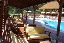 Olympos Village / Ormanın içinde, plaja 3 km uzaklıkta kurulmuş olan huzurlu Olymposvillage'da açık yüzme havuzu ve Letonya ahşabından yapılmış muhteşem bungalovlar mevcuttur. Tüm konaklama birimlerinde balkon ve oturma alanı vardır.
