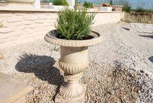 Vase Médicis en pierre reconstituée / Nos vases classiques en pierre reconstituée sont très harmonieux à l'intérieur comme à l'extérieur. Ils embelliront vos pièces de réception, apporteront une touche décorative aux alentours de votre maison (terrasse, balcon, escalier, cour de jardin, etc.). L'élégance intemporelle du vase Médicis  mettra en valeur vos fleurs et végétaux. Nos vases moulurés sont non-gélifs, résistants au soleil direct et aux chocs thermiques.