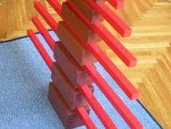 Montessori różowa wieża brązowe schody