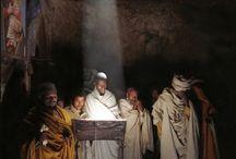Mnisi czytać Biblię w południe, kiedy słońce świeci przez otwór w dachu kościoła