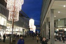 Kerstverlichting stad en dorp all around the world / Wat is het weer heerlijk om buiten te lopen in het kerstseizoen met alle lichtjes buiten. Het is leuk om te zien hoe elke stad en elk dopr zijn eigen kerstverlichting heeft.