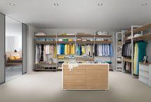 Walk-in closet // Begehbarer Schrank / Ein ganzer Raum nur für Kleider, Schuhe und Handtaschen? Welche Frau träumt nicht von einem begehbaren Kleiderschrank, in dem sie sich selbst und vor allem ihre Kleider voll entfalten kann? Aber auch Männer wissen den besonderen Luxus dieser einzigartigen Schranklösung zu schätzen. Die Innensysteme von raumplus trumpfen nicht nur mit perfektem Design und Qualität auf, sie bieten vor allem eines: viel Platz für die Lieblingskleider und Raum zur freien Entfaltung.
