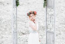 Labude Hochzeitswahnshooting / Labude Styled Shoot für Hochzeitswahn Brautkleid Clémence - Zarter Seidenchiffon und taubenblaue Spitze Fotos: Anja Schneemann