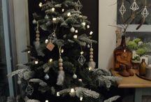 Järvenpään Kukkatalo - joulukampanja / Järvenpään Kukkatalon joulusomistus 2016 - blogini kampanjaviikko! / Christmas decorations for Järvenpään Kukkatalo -company 2016 - the campaign week of my blog!    Myymälä, somistus, sisustus, joulu, DIY, inspiraatio, joulukuusi, talvi, höyhen, puuhelmet, himmeli, valosarja, käsityöt, virkkaus, shop, decoration, interior, Christmas, Christmas tree, feather, wood, fur, glass, candles