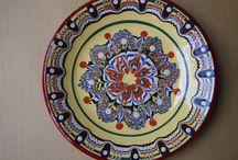 ブルガリアの伝統手作り陶器『トロヤン焼き』 / ヨーグルトやバラの香水でも有名なブルガリアですが、実は、かわいい手作り陶器でも有名なのです!   ブルガリアの陶器の里「トロヤン」では、伝統的な模様を描く職人さんたちがこんなエキゾチックでユニークなデザインの食器や置物を日々作り続けています。  この町には陶器を専門に学ぶ学校があり、若い頃から日々訓練を重ねて腕を磨いていきます。