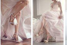 """Idealne buty ślubne dla Panny Młodej / Marilyn Monroe mawiała, że """"pieniądze szczęścia nie dają, dopiero zakupy"""". A oczywistym jest, że najwięcej szczęścia gwarantuje kupno butów, w szczególności tych, w których pójdziemy do ołtarza i przetańczymy całą noc! Jakie buty wybrać? Na pewno piękne, a zarazem wygodne, bo przecież obolałe stopy, nie są nam do niczego potrzebne ani na ślubie, ani na przyjęciu weselnym!"""