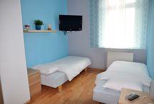 Noclegi kraków Pokoje Tęczowe-niebieski / Pokój Niebieski to gustownie urządzony, słoneczny pokój średniej wielkości. Za oknami rozpościera się piękny widok na Wisłę i krakowskie Stare Miasto