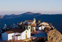 Turismo de Alentejo /  In de Alentejo gaat u ,op een natuurlijke wijze, op reis, met en door de geschiedenis. De overdaad en kwaliteit van het erfgoed maken een ontdekking van deze geschiedenis eenvoudig, maar voor wie de regio voor het eerst bezoekt kan het een probleem zijn om keuzes te maken. Als dat bij u het geval is, twijfel niet: ga in op onze suggesties en ervaar, met veel plezier, dat de betovering van de Alentejo, zich op alle plaatsen bevind. / by Cherry Picker