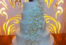 Um Bolo de Casamento para Casais Apaixonados!  / Bolo Cascata de Flores por Ana Barros Bolos com noivinhos apaixonantes