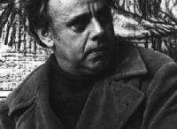Marcello Tommasi / La sua prima formazione avviene a contatto con l'attività artistica del padre scultore Leone, e dei fratelli Riccardo, pittore, e Luigi, fonditore. Conclude gli studi classici nel 1947 presso il Liceo G. Carducci di Viareggio, si iscrive alla Facoltà di Lettere dell'Università di Firenze e contemporaneamente frequenta lo studio di Pietro Annigoni, disegnando e dipingendo e progressivamente rivolgendo il suo impegno alla scultura
