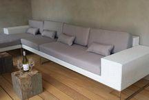 Loungeset Lineo / Design Loungeset met RVS onderstel gecombineerd met wicker vlechtwerk. Een eigen ontwerp van Arbrini. In verschillende opstellingen verkrijgbaar. Zowel als lange tuinbank opstelling als hoekbank eventueel aangevuld met 1 of meerdere stoelen (losse fauteuils)