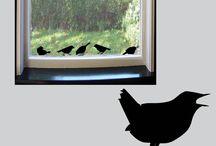 """Raamstickers """"Vensterbankvogeltjes""""' / Statisch hechtende raamstickers van 6 gezellige vogeltjes. Leuk voor boven de vensterbank. In 12 kleuren verkrijgbaar"""