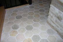 Tomette hexagonale en pierre reconstituée / Tomettes hexagonale en pierre reconstituée, imitation de tomettes rustiques en terre cuite. Réplique ancienne, 15,25 x 15,25 cm, épaisseur 1,5 cm. Coloris : terre cuite, blanc cassé, jaune. Pour d'autres couleurs, nous consulter.