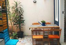 Mesa de parede / Além de funcional, esse tipo de mesa é versátil e pode ser encontrada nos mais diversos modelos e cores, combinando com todos os estilos decorativos.