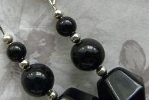 Kolczyki Handmade w kolorze czerni / Kolor czarny od zawsze kojarzony jest z elegancją. Ponadto jest kolorem pasującym praktycznie do wszystkiego, dzięki czemu stał się bardzo uniwersalny i praktyczny.